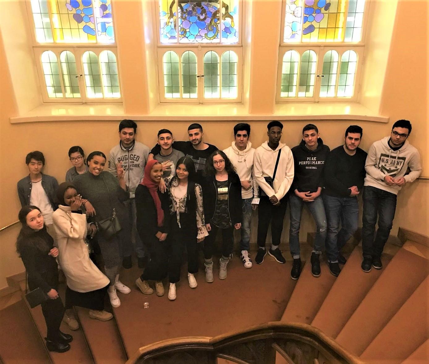 Luulosairautta ja juurihoitoa – S2-opiskelijat jälleen teatterissa