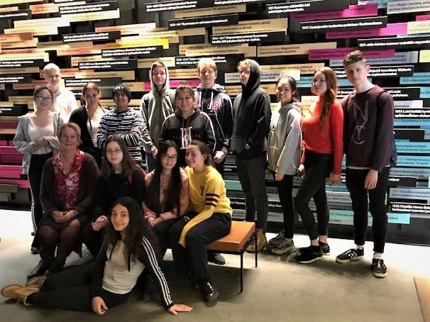 S2-opiskelijoita Päivälehden museossa